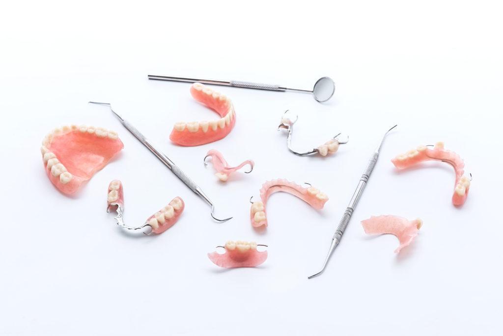 Съемные зубные протезы из различных материалов
