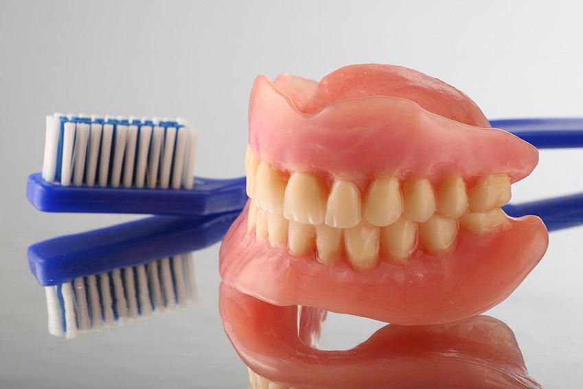 Уход за зубным протезом с помощью зубной щетки