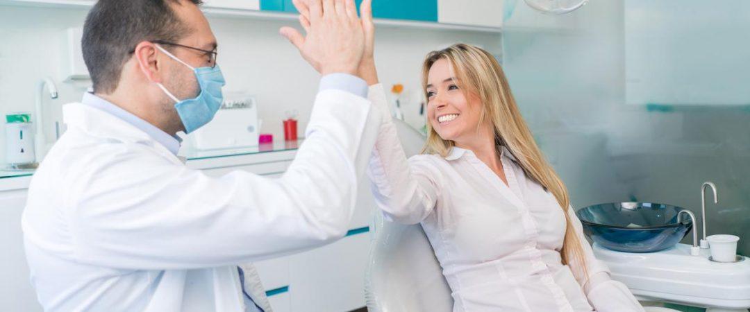 Счастливый пациент после лечения пародонтита