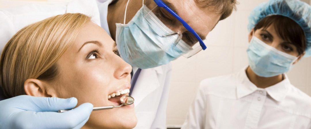 Пациент у стоматолога после лечения пародонтоза